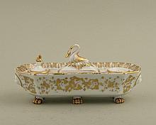 encrier en porcelaine de Paris à décor à l'or, 6 pieds griffe, couvercle en forme de cygne. Epoque Nap III.
