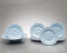 partie de service à dessert par Geneviève Lethu comprenant un plat de service à décor de poires et cerises et 8 assiettes à dessert à décor de fraises.