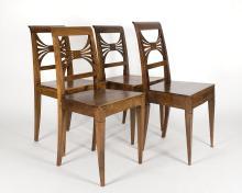 4 chaises en noyer à pieds sabre assise en bois et dossier à palmettes ajourées.