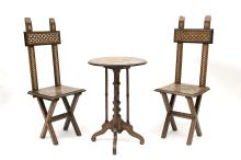 2 chaises et une petite table ronde à pied central terminé par 4 patins, 4 petits pieds de soutien entre le plateau et le patin. Plateau à incrustations d'os.