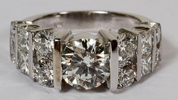 1.52CT DIAMOND RING WITH 2.60CT SIDE DIAMONDS, 6