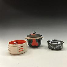 Faïences polychromes. Vers 1970. Ensemble comprenant un pot couvert à petit