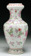 A Chinese Antique Export Famille Rose Porcelain Vase