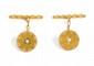 BOUTONS DE MANCHETTES, dessinant une pastille d'or jaune incrustée d'une demi perle, début XX°.  Poids: 4,3 g brut.
