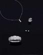 BRACELET ouvrant en or gris, recouvert de diamants taille baguette et taille brillant, total des diamants:  14 carats environ.  Poids: 46,41 g brut.