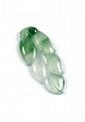 PENDENTIF en jade translucide sculpté en forme de feuille.  Le jade accompagné d'un certificat NCTC attestant: jadéite naturelle  Hauteur: 5,2 cm environ