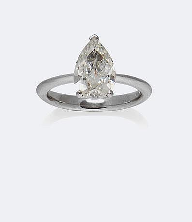 BAGUE SOLITAIRE en or gris, ornée d'un diamant taille poire, 2,10 carats certifié K.VS2 par le laboratoire HRD. Taille : 54 - Poids : 4 g