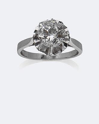 BAGUE SOLITAIRE en or gris et platine, ornée d'un diamant rond pesant 1,80 carat. Taille : 54 - Poids : 4,4 g brut