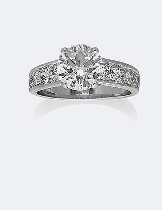 BAGUE en or gris, ornée d'un diamant taille brillant, 2,58 carats sur deux lignes de brillants, total : 0,90 carats environ. Taille : 56 - Poids : 4,72 g brut