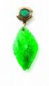 PENDENTIF en jade gravé et sculpté, monté sur une bélière en or jaune sertie d'une opale arlequin.  Poids: 6,8 g