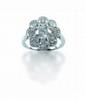 BAGUE dessinant une fleur épanouie, centrée d'un diamant taille brillant, 1,02 carat dans un feston de huit brillants, total  du tour: 1,70 carat environ.  Taille: 50  Poids: 4 g