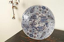 Plat rond en faïence dans le style des porcelaines chinoises d'époque Wanli à décor en camaïeu bleu et manganèse au centre d'un lièvre parmi des rochers fleuris, l'aile décorée de fleurs et feuilles dans des compartiments  Lisbonne, XVIIe siècle