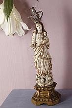 Vierge à l'Enfant en ivoire sculpté en ronde-bosse avec rehauts de polychromie et de dorure. Debout sur des nuées d'où émergent des têtes d'angelots, elle porte l'Enfant sur son bras gauche ; elle est vêtue d'une tunique et d'un manteau aux bords