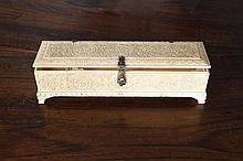Coffret écritoire en ivoire sculpté avec pentures et moraillon en argent. De forme longitudinale, il est à décor floral de rinceaux disposés avec symétrie et dans des cercles, frises de petites feuilles. L'intérieur montre un double étui amovible