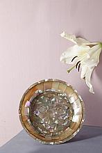 Coupe en nacre avec monture en laiton. Elle est formée de plaques de nacre clouées  dessinant une rosace sur le fond, bord dentelé et petit piédouche  Inde, Gujarat, XVIe / XVIIe siècle