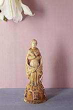 Vierge de l'Assomption en ivoire sculpté avec traces de polychromie et de dorure. Debout sur un croissant, les bras croisés sur la poitrine, elle est vêtue d'un manteau dont les pans sont noués sur le devant ; socle orné de feuillages Indo-portugais,