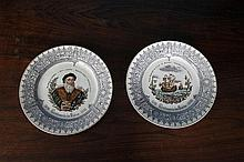 Deux assiettes commémorative en faïence fine, à décor polychrome imprimé sur l'une d'un portrait de Vasco de Gama et sur l'autre des trois caravelles, l'aile décorée en grisaille de rinceaux et ornements dans le style de la Renaissance. Marquées :