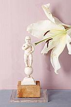 Enfant Jésus en ivoire sculpté en ronde-bosse avec rehaut de rouge sur les lèvres, yeux en verre. Debout sur un globe, le corps nu potelé, le crâne chauve, il porte son index droit à la bouche ; base rectangulaire moulurée Sino ou nipo-portugais,
