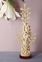 Jésus Bon Pasteur en ivoire sculpté en ronde-bosse. Assis sur un rocher, il est surmonté par Dieu le Père et adossé à une branche feuillagée en forme de fougère ; rocher avec fontaine, oiseaux, moutons et Marie-Madeleine  Indo-portugais, XVIIe siècle