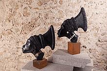 École africaniste  Profils de femme  circa 1930  Deux sculptures en ébène H. 41 cm et 46 cm (avec les socles)