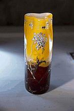Cristallerie d'Émile GALLÉ (1846-1904)      Vase droit trilobé en verre multicouche orange et rouge et incrustations de feuilles d'or. Décor gravé et en relief de fleurs émaillées, signé à la roue sous la base « Cristallerie Gallé Nancy »