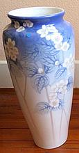 Manufacture ROYAL COPENHAGUE, 1771 > 20 [DK]. Grand vase balustre, Anna Smidth, début XXe s.