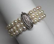 Bracelet trois rangs. (long. 19 cm, larg. 2.5 cm, diam. perles: 6.5-7 mm).