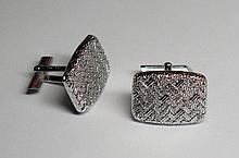 Paire de boutons de manchettes. (long. 2.4 cm, larg. 1.8 cm, poids: env. 13.9 g).