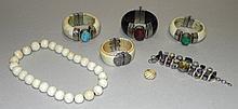 Quatre bracelets, un collier et une bague.