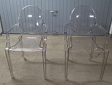 Paire de fauteuils à médaillon, modèle