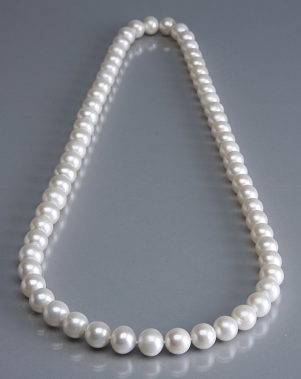 White pearl necklace, 32