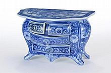 Commode à quatre tiroirs à décor blanc-bleu floral