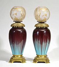 Paire de lampes à pétrole, fin XIXe s.  céramique émaillée, globes en v