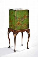Cabinet anglo-chinois  piètement galbé  bois laqué vert à décor rou