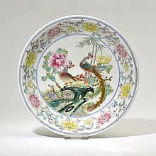 Assiette creuse  Chine, époque République  porcelaine et émaux poly