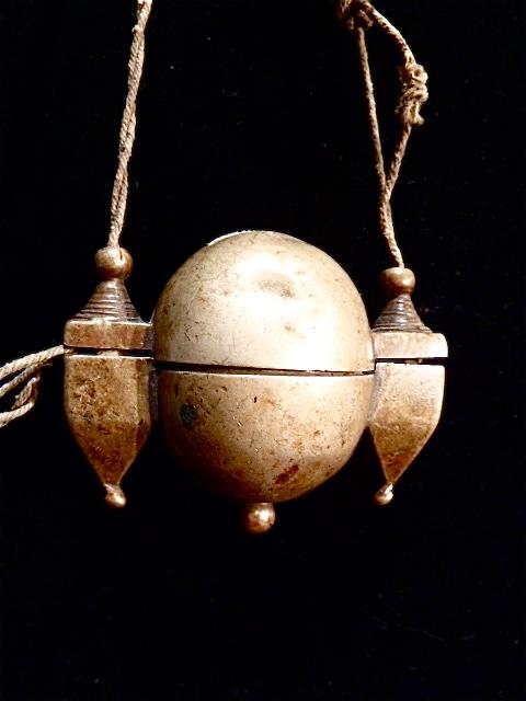 Bijou de Brahmane, porte Shiva lingam incorporant un symbole phallique. Laiton.   Inde - 5 x 6 cm.