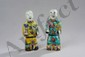 Les légendaires jumeaux Ho Ho figurés debout vêtus de robe de cour, tenant le sceptre rhui et la branche de lotus en porcelaine de la famille rose décoré en émaux polychromes sur la couverte. Chine. Dynastie Qing. 18 ème siècle. 21 et 22cm