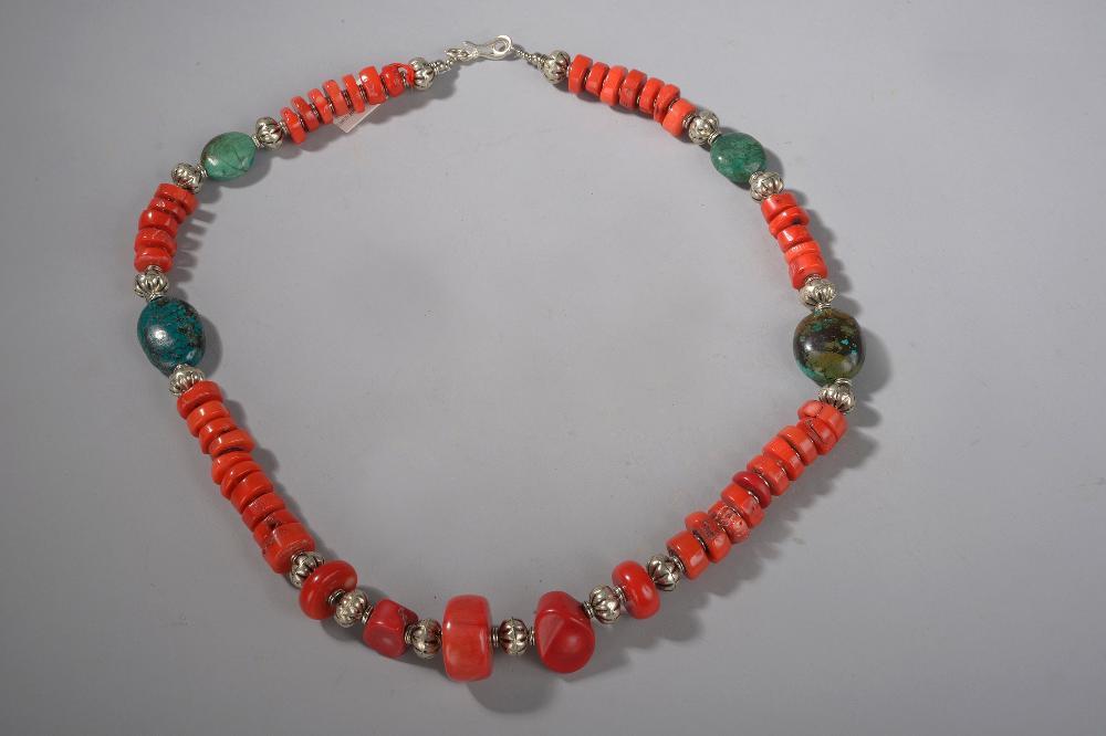 Collier ethnographique recomposé selon la tradition de perles de corail, turquoise et métal argenté. Tibet.
