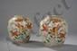 Paire de potiches à fond plat et épaulement arrondi en porcelaine de la famille rose décoré en émaux polychromes sur la couverte de branchages fleuris et faisans. Chine. Dynastie Qing. 19 ème siècle..Ht 18,5cmx diam 7cm.