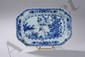 Plat rectangulaire à marli octogonal de la Compagnie des Indes en porcelaine blanche décoré en bleu cobalt sous couverte d'un paysage lacustre arboré et animé d'oiseaux et frises florales. Chine. Dynastie Qing. Période Qianlong. 1736 à 1795.27 x 18