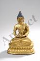 Buddha Amitabha assis en virasana, position du lotus les mains en Dhyâna Mudra, geste de la médiation sur un socle lotiforme à double rangées de pétales, vêtu de la robe monastique utarasanga, drapé en plis couvrant son épaule gauche et retombant sur