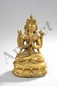 Le Boddhisattva Akashagarbha assis sur un socle lotiforme à double rangées de pétales en vajrasana sous une forme à quatre bras tenant de ses deux mains supérieures le rosaire mala et le bouton de lotus Padma, ses deux mains principales en