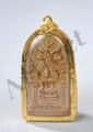 Amulette de protection bouddhique incorporant une offrande en terre cuite moulée d'un bouddha Maravijaya du Royaume d'Ayutthaya assis dans un sanctuaire. Thaïlande. 17 ème siècle. 6,5x3,5cm. Dans un coffret de suspension en métal doré couvert d'une
