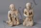 Paire d'Adorants du Bouddha, le Donateur «Mahâtera Arahan et le Disciple Moggallana, vêtus de robes monastiques Uttarashanga , tout deux agenouillés l'un en posture d'adoration, les mains jointes en Anjali-Mudra, et l'autre en délassement les mains