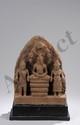 Stèle illustrant le Buddha Muclinda assis en méditation sur le corps du Naga déployant son chaperon septacépahale pour l'abrité du déluge. De part et d'autre le Dieu Vishnu et la déesse Lakshmi. Pierre grès beige. Cambodge. Khmer. Bayon. 13 ème