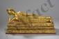 Parinirvâna Buddha figuré avant le grand départ vers le Nirvana , couché sur un lit à trois frises florales, sa tête appuyée sur son bras droit accoudé, vêtu d'une robe monastique richement brodé. Bronze laqué et doré. Royaume de Ratanakosin.