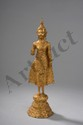 Buddha debout en abaya mudra sur un haut tertre octogonale étagé vêtu de la robe monastique utarasanga et coiffé d'un haut rasmi flammé. Bronze laqué et doré. Royaume de Ratanakosin. Thaïlande. Fin 18 ème début 19 ème siècle.  H. 34 cm.