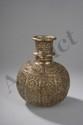 Hukka, vase de narghileh à panse oblongue et  haut goulot serti d'une bague en argent repoussé de motifs et guirlandes florales. Inde Moghole. Deccan. 18 ème siècle. Ht 21cm.