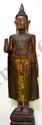 Buddha debout en abayamudra, geste du renoncement vêtu de la robe monastique utarasanga ceinturé à la taille et replié en un pan rectiligne sur le devant.Il est coiffé de la protubérance crânienne ushnisha surmonté d'un haut rasmi piriforme. Bois