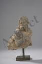 Buste de disciple du Buddha, chevelu et  barbu vêtu d'une toje drapée. Pierre schiste gris. Art Gréco Bouddhique du Gandhara. Afghanistan. 2 ème à 3 ème siècle.10,5cm.